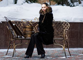 Yang woman gets rest on the winter bench after Christmas shoppin — Stock Photo