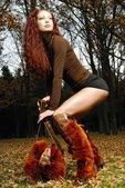 スタイリッシュなヤンときれいな女性の屋外の肖像画 — ストック写真