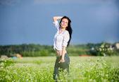 Güzel esmer yeşil yaz alanı arasında teşkil etmektedir — Stok fotoğraf