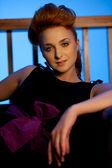 Bellissima giovane donna riposa su un divano — Foto Stock