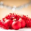 Ornament - röda julgranskulor med blanka band i bakgrunden — Stockfoto