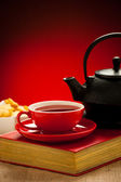 Teapot and tea cup arangement on a table — Stock Photo