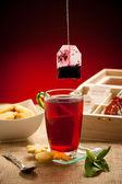 Bule de chá e chá xícara arangement sobre uma mesa — Fotografia Stock