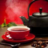 Teapot and tea cup arangement on a table — Foto Stock