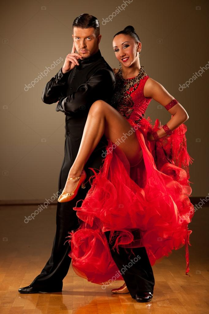 Professional ballroom dance couple preform an exhibition - Type de danse de salon ...