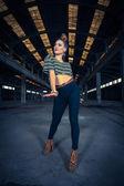 Hip hop danseres in een verlaten industriële hal — Stockfoto