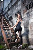 Jeune femme dans l'ancienne usine — Photo