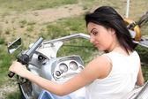 De mooie vrouw op een motorfiets — Stockfoto