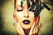 Kvinna med mörkt smink och röda naglar — Stockfoto