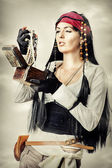 Woman pirate opens the treasure chest — Stock Photo