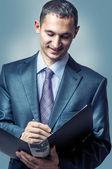 Przystojny, młody biznesmen, pisanie — Zdjęcie stockowe