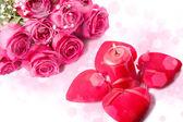 Pembe gül, mum ve kırmızı kalpler — Stok fotoğraf