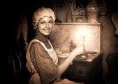 женщина в старых колпачок с свечей — Стоковое фото