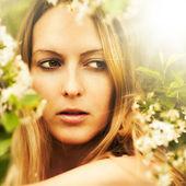 Mooie blonde vrouw — Stockfoto