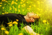 Man lying on grass at sunny day — Foto de Stock