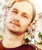 Hombre y un árbol floreciente — Foto de Stock