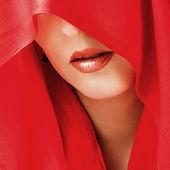 Sexy lippen. roter schal bedeckt augen — Stockfoto