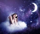 Jovem e linda mulher dormindo — Foto Stock