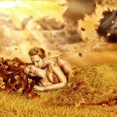 Par de hadas amoroso en una cama de hierba — Foto de Stock