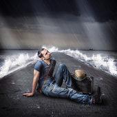 Jonge mannelijke reiziger is op pier tijdens storm — Stockfoto