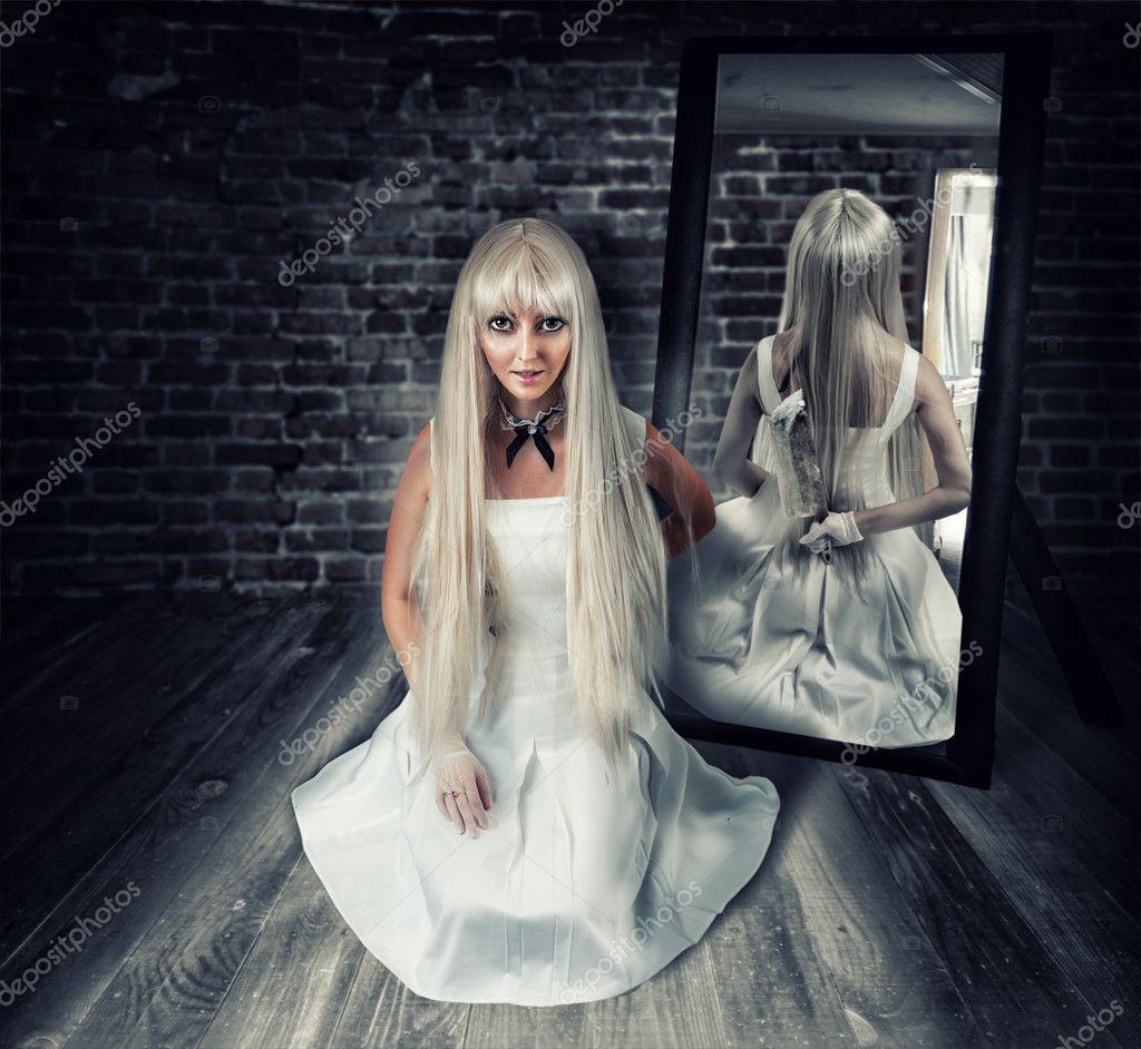 Femme avec gros couteau dans le reflet du miroir for Le reflet du miroir