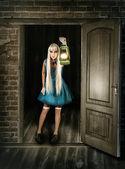 Piękna kobieta z latarnią — Zdjęcie stockowe