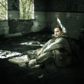 Military man in ruins of buildings — Stock Photo