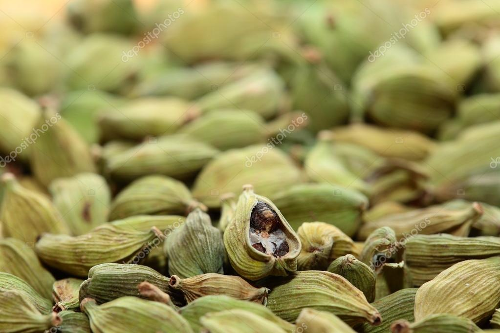 Green cardamom seeds. Aromatic spice.texture background — Stock Photo #16137019