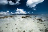 Transparante zee water en blauwe hemel met wolken — Stockfoto