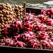 Local sell food items at Damnoen Saduak floating market — Stockfoto #18346357