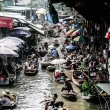 Local sell food items at Damnoen Saduak floating market — Foto Stock