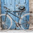 White bike in front of a shop that sells traditional carpets in Marrakesh,Morocco — Stock Photo