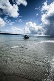 Mar transparente água e céu azul com nuvens — Fotografia Stock