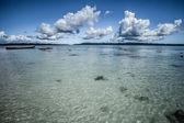 Transparente meer wasser und blauer himmel mit wolken — Stockfoto