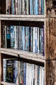 Vieja estantería con libro — Stok fotoğraf