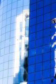 Cielo azul se refleja en el edificio de cristal. — Foto de Stock
