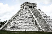 Mayan pyramid of Kukulcan El Castillo in Chichen-Itza (Chichen Itza), Mexico — Stock Photo