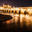 Roman Bridge on Guadalquivir river and The Great Mosque (Mezquita Cathedral) at twilight in the city of Cordoba, Andalusia, Spain. — Stock Photo