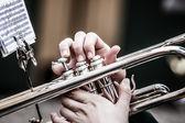 винтаж тромбонов, играя в биг-бэнда. — Стоковое фото
