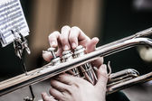 Ročník trombóny hraje v big band. — Stock fotografie