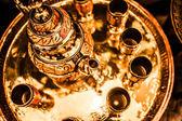 Conjunto de chá de menta nana árabe com o bule de chá metal e óculos — Fotografia Stock