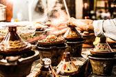 выбор очень красочных марокканских tajines (традиционный запеканка блюда) — Стоковое фото
