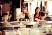 Kawiarnia kawa latte w szklance — Zdjęcie stockowe