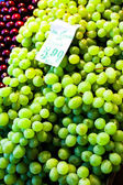 White wine grapes in a market — Стоковое фото