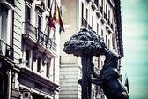 Symbol madryt - posąg niedźwiedzia i drzewo truskawkowe, puerta del sol, hiszpania — Zdjęcie stockowe