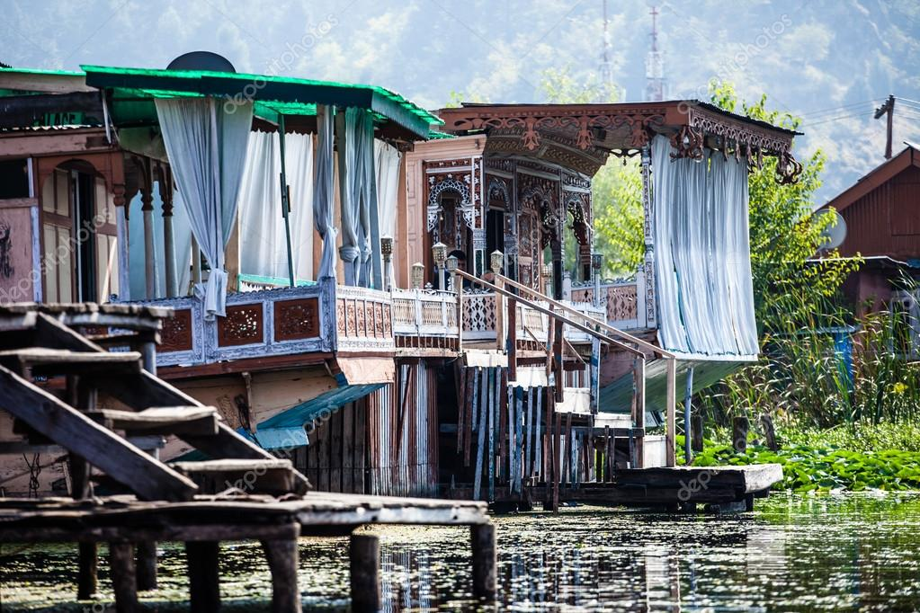 Houseboats the floating luxury hotels in dal lake for Hotel luxury inn srinagar