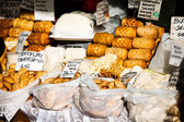 Traditional polish smoked cheese oscypek on outdoor market in Zakopane — Foto de Stock