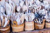 彫刻が施されたカップ、スプーン、フォーク、木材の他の道具 — ストック写真