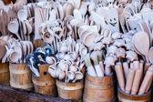 Geschnitzte tassen, löffel, gabeln und andere utensilien aus holz — Stockfoto