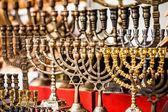 Menorah à vendre en boutique dans le marché ancien de la ville de Jérusalem. — Photo